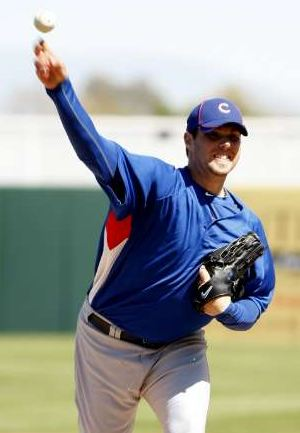 Randy Wells throws a pitch during Spring Training 2010.JPG